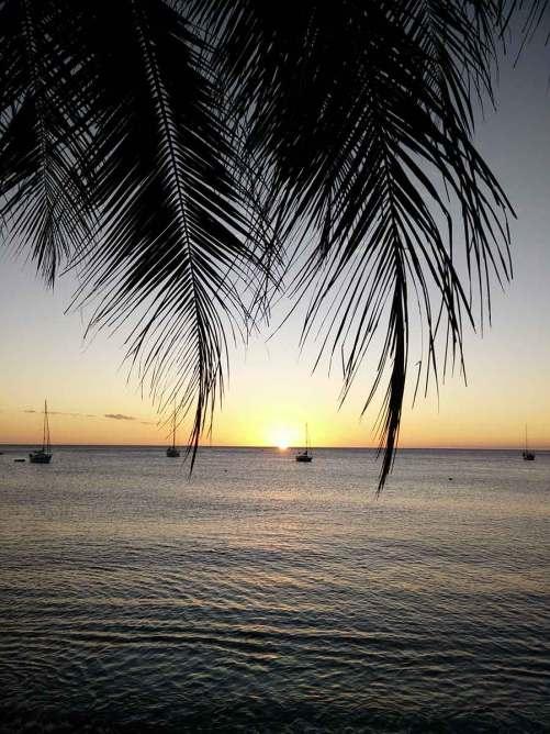 Coucher de soleil sur l'eau, aux abords de la ville de Saint Pierre, en Martinique.