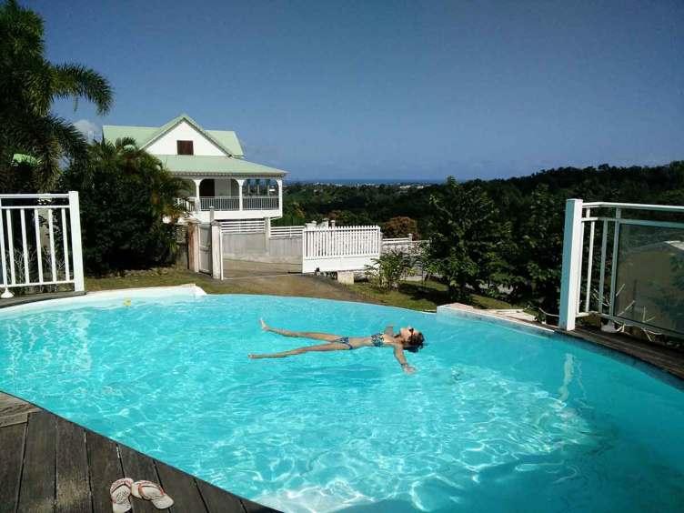 Piscine à débordement de la villa de la soeur de Damien en Guadeloupe.