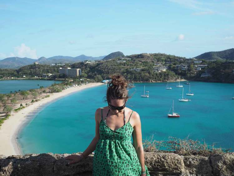 Vue sur Deep Bay depuis le fort sur la colline, à Antigua.