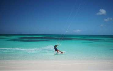 Kitesurf sur l'île de Barbuda, au mouillage de Cocoa Point.