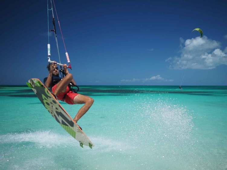 Damien tente un saut en kite à Barbuda.