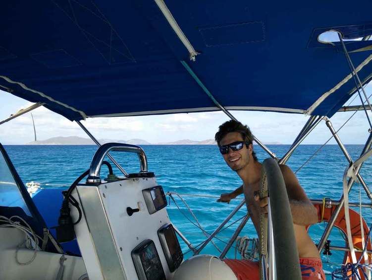 Damien à la barre lors de nos navigations dans l'archipel des BVI.