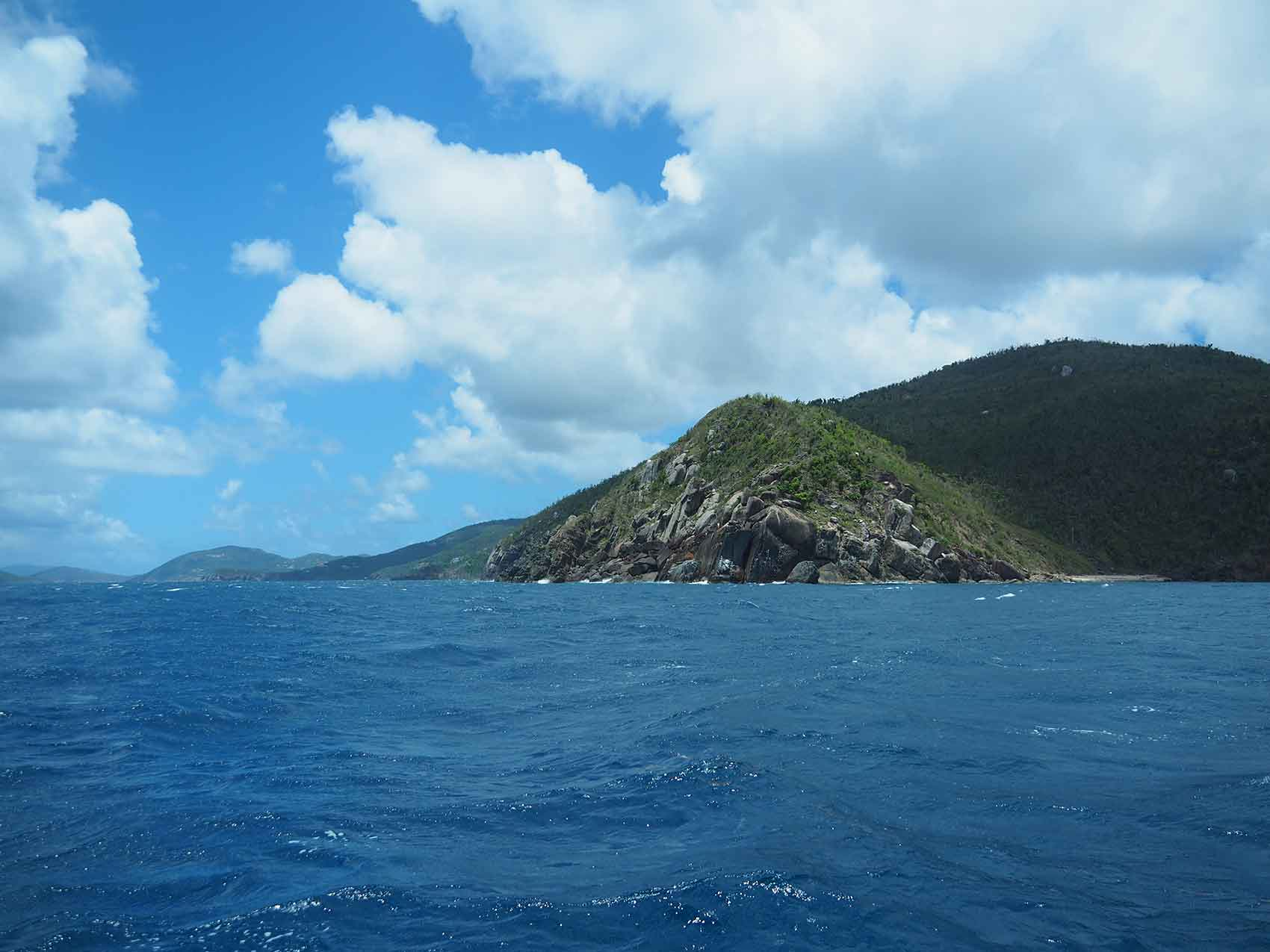 Navigation au large de la côte nord de Tortola aux BVI.