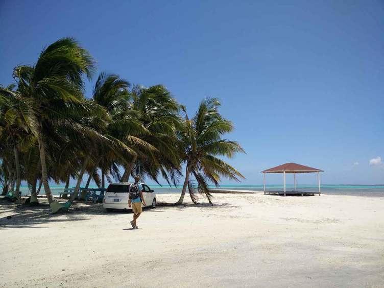 La petite plage pour débarquer sur l'île de Mayaguana aux Bahamas.