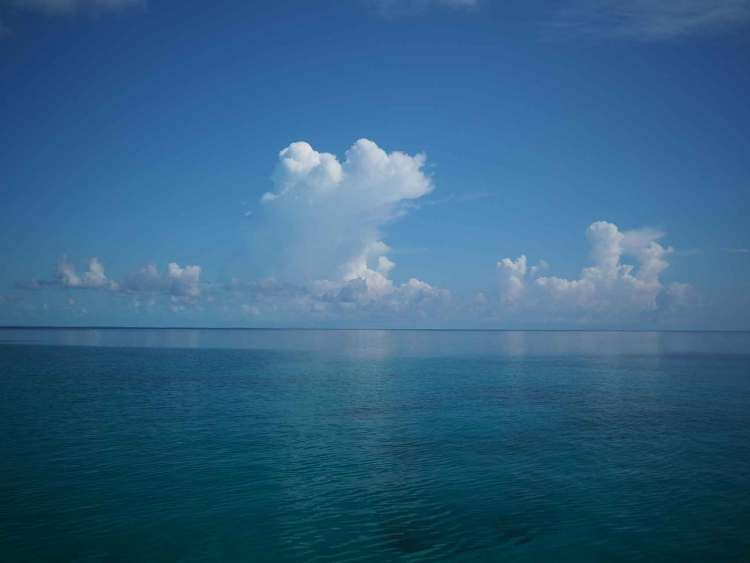 Mer plate à l'est de Long Island, aux Bahamas.