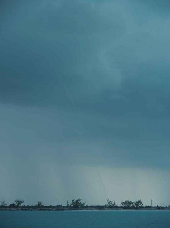 Trombe dans les nuages sombres, au nord de Long Island, aux Bahamas.