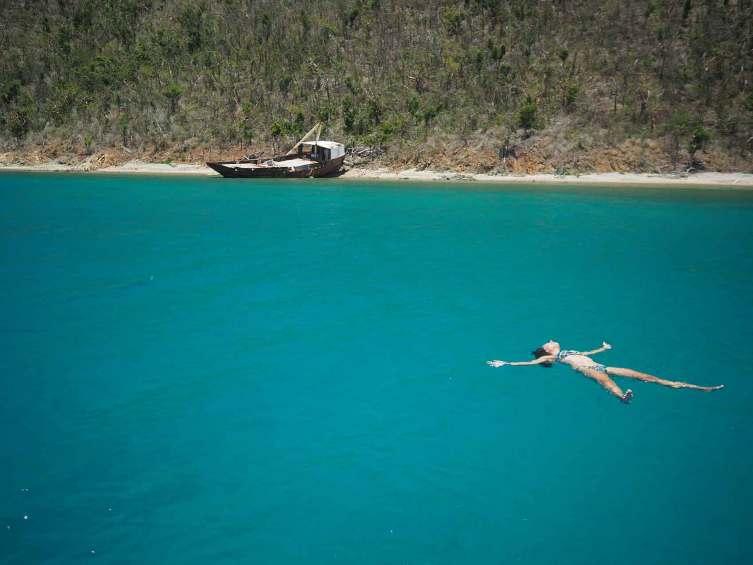 Planche dans l'eau turquoise, dans le mouillage de The Bight à Norman Island, aux BVI.