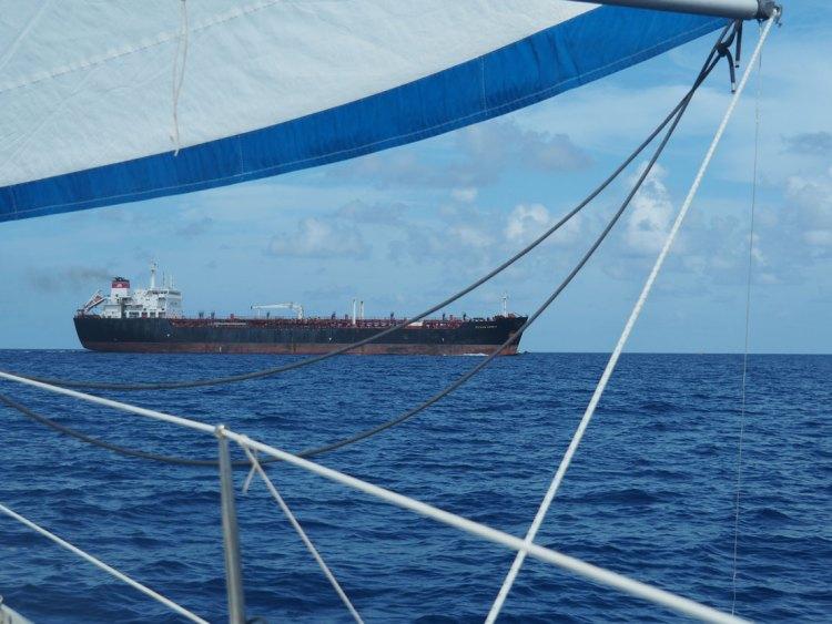 Passage d'un cargo devant le bateau au nord de Cuba.