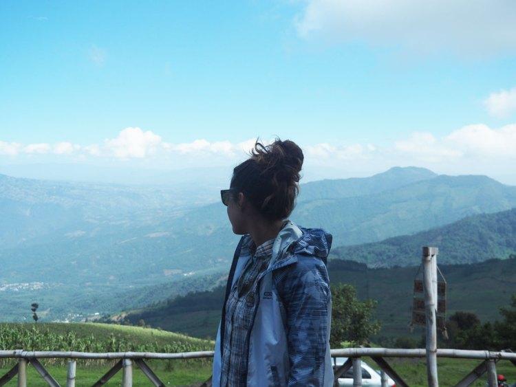 Magnifique vue sur la vallée devant le volcan Acatenango au Guatemala.