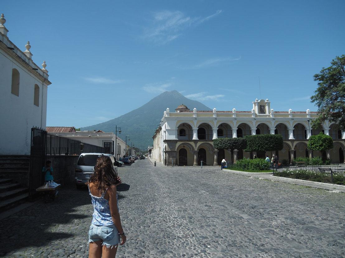 Une rue d'Antigua Guatemala avec le volcan Agua en arrière-plan.