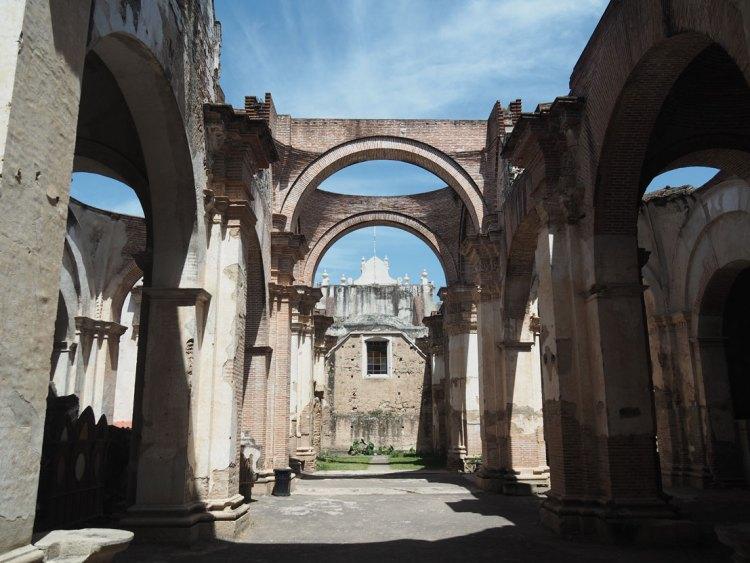 Les colonnes et les ruines de la cathédrale d'Antigua Guatemala.