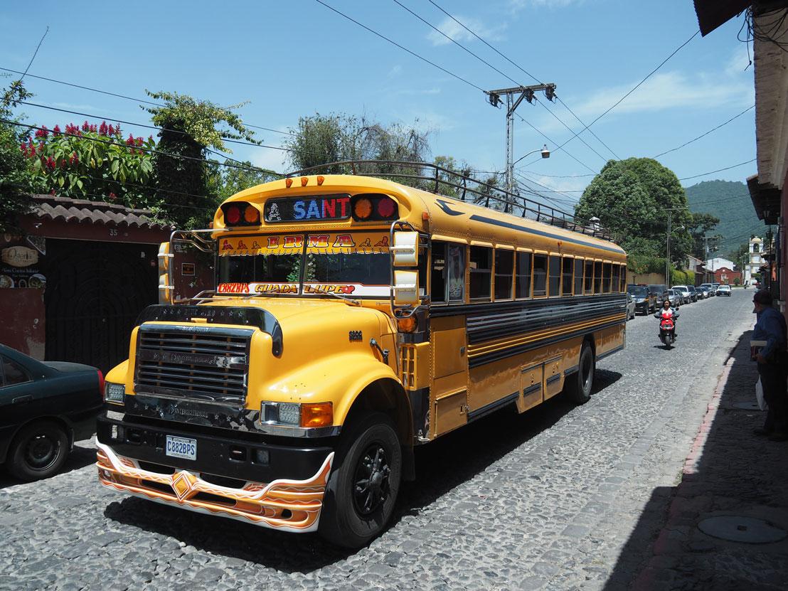 Chicken bus jaune passant dans les rues de la ville d'Antigua Guatemala.