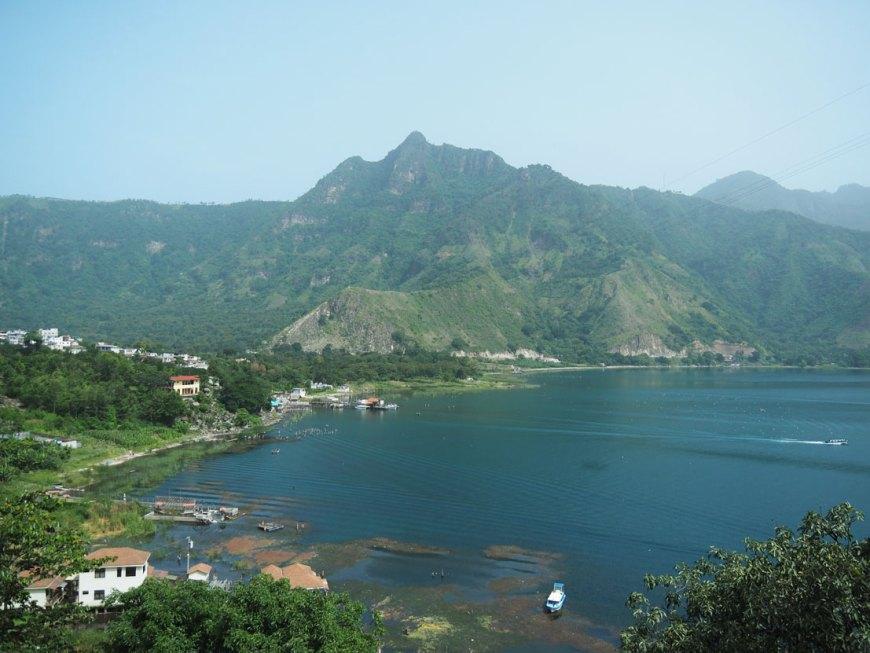 Le lac Atitlán depuis les hauteurs du village de San Pedro La Laguna.