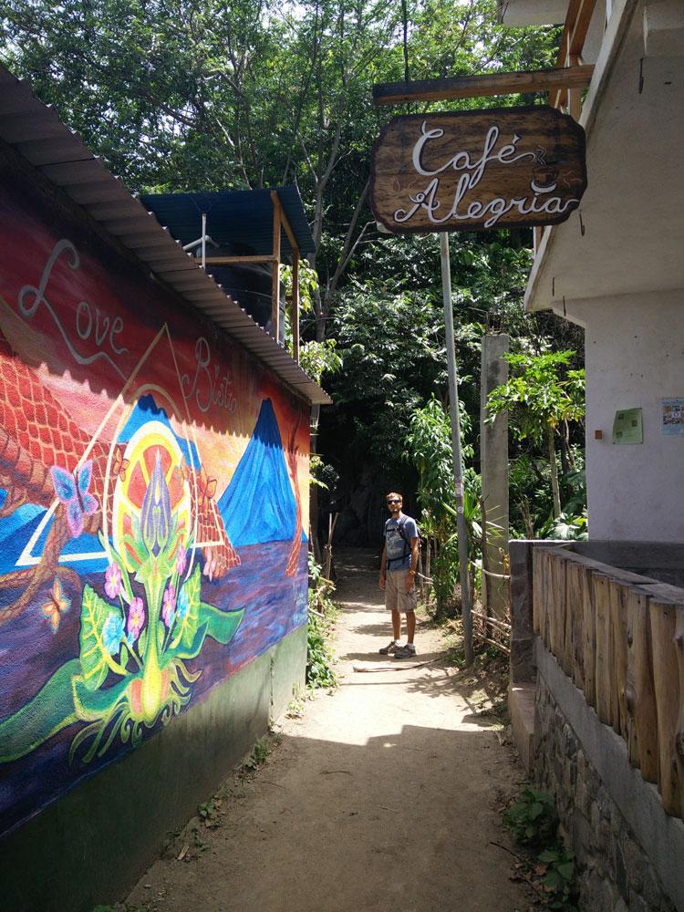 Ruelle colorée à San Marcos au Guatemala, sur le lac Atitlán.