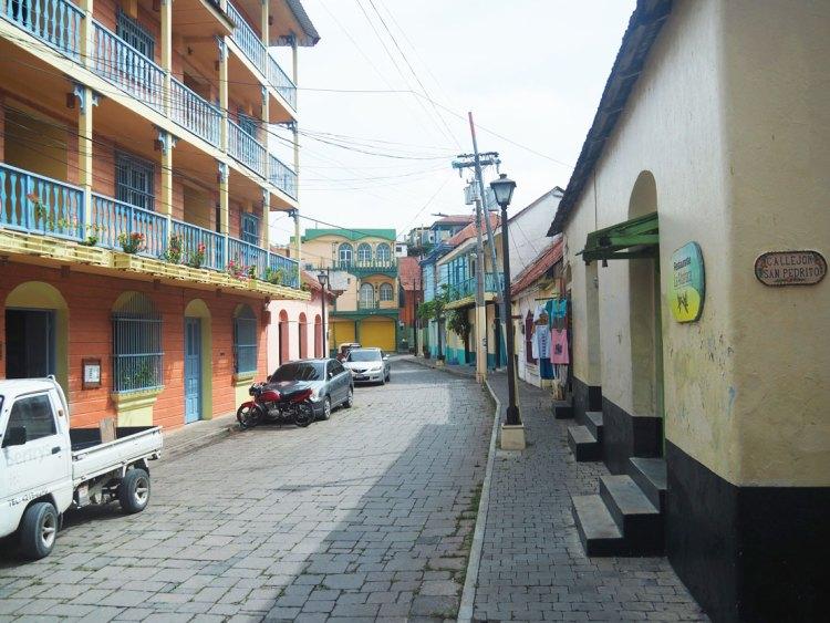 Une rue colorée de Flores, sur le lac Peten Itza au nord du Guatemala.