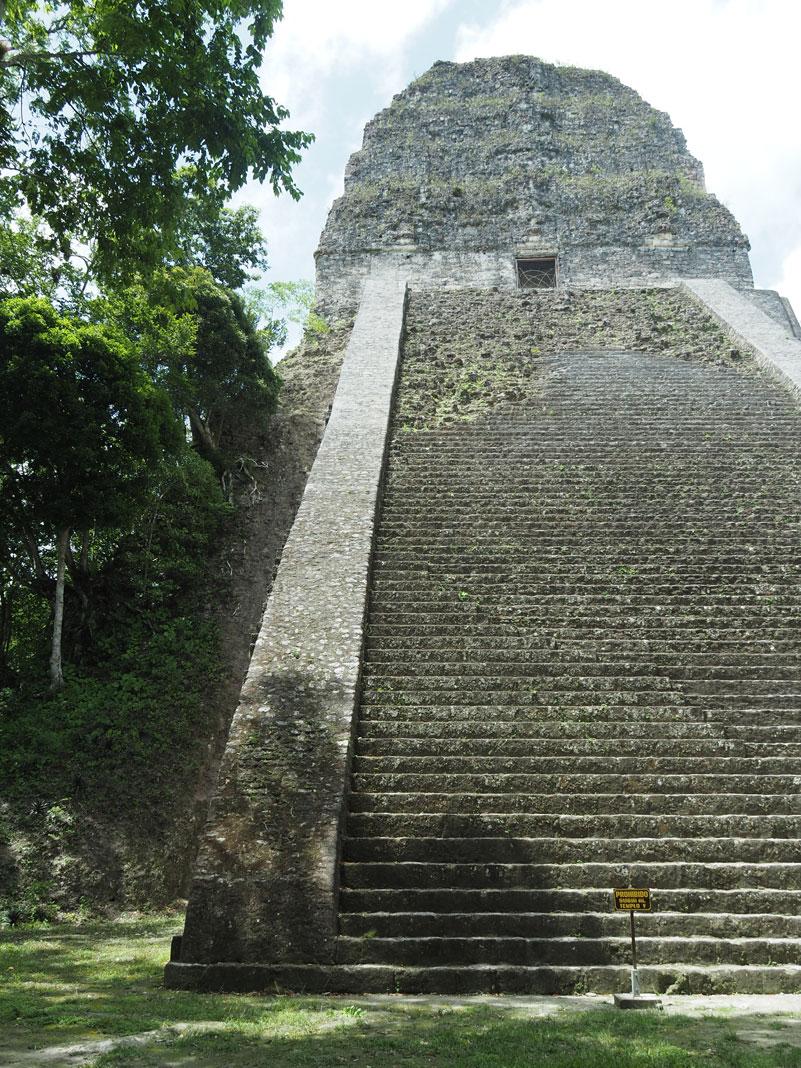 Temple V, côté non rénové, à Tikal au Guatemala.