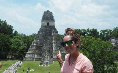 Anaïs devant la grande place de Tikal, les ruines maya au Guatemala.