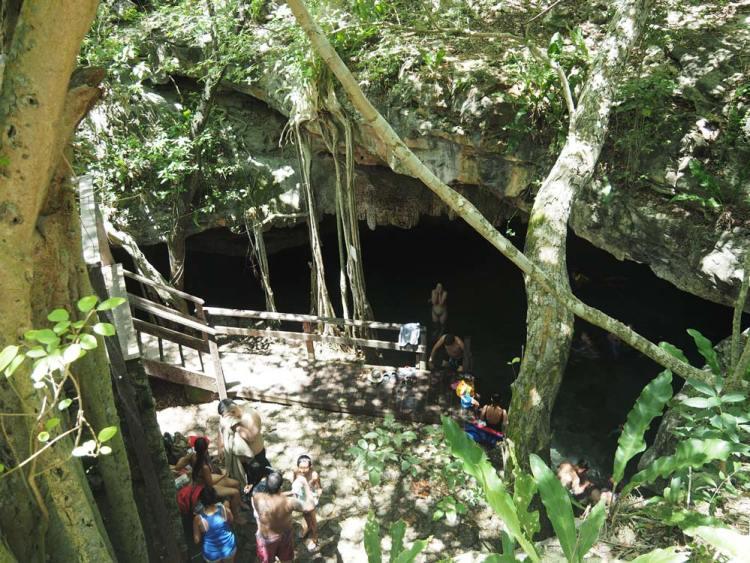 Cenote Dzonbakal au Mexique, au sud de Mérida.