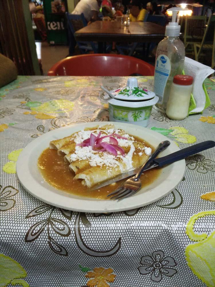 Enchiladas goûtées à Palenque au Mexique.