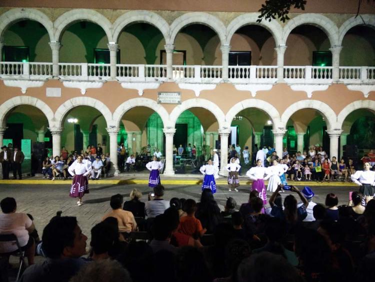 Spectacle de danse le soir sur la place principale de Mérida.