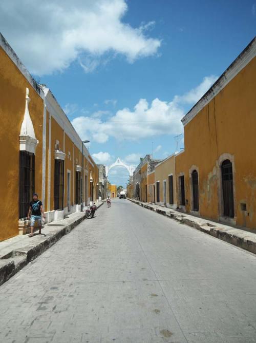 Rue jaune de la petite ville d'Izamal au Mexique.