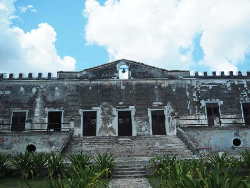 Façade principale de l'hacienda Yaxcopoil dans le Yucatan.