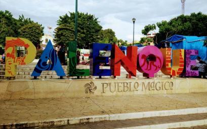 Lettres colorées annonçant la ville de Palenque, sur la place principale.