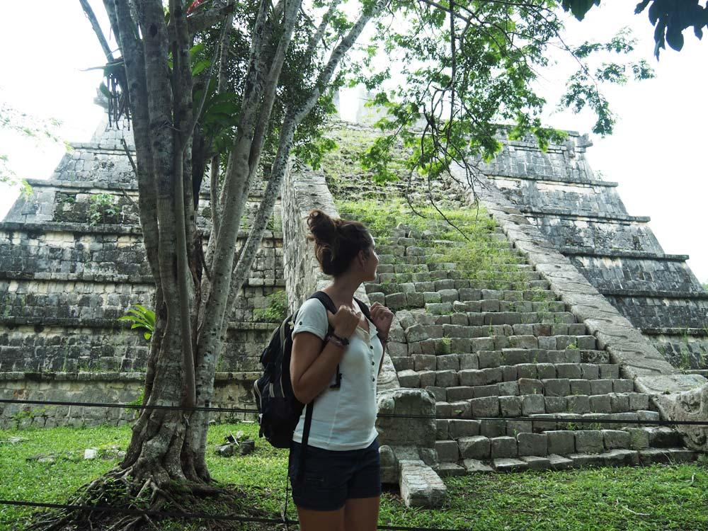 Devant les temples en ruines de Chichén Itzá au Mexique.