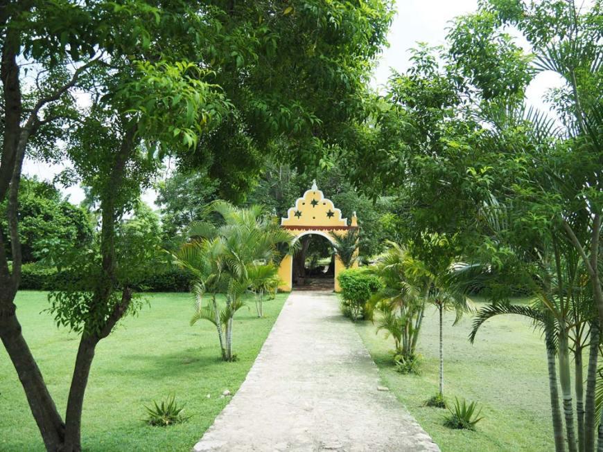 Jardin et entrée de la belle hacienda San Lorenzo Oxman, au Mexique.
