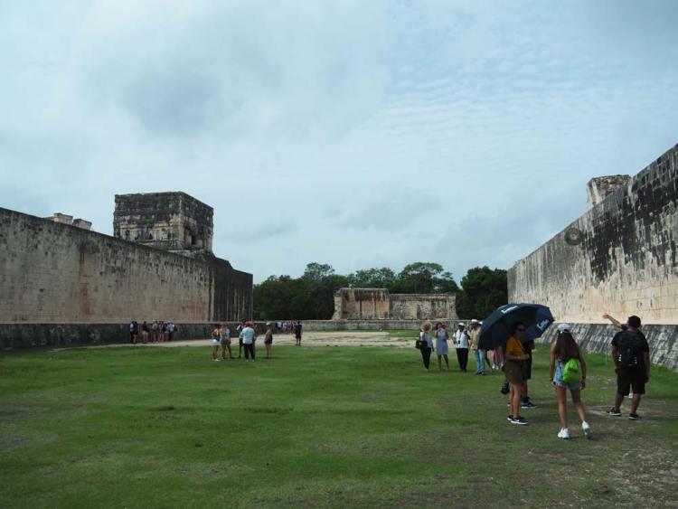 Visite du terrain du Jeu de Pelote, sur le site maya de Chichén Itza.