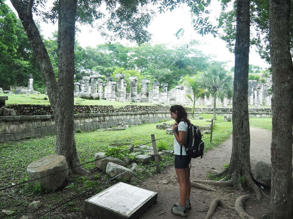 Devant les différents temples et ruines mayas de Chichén Itza.