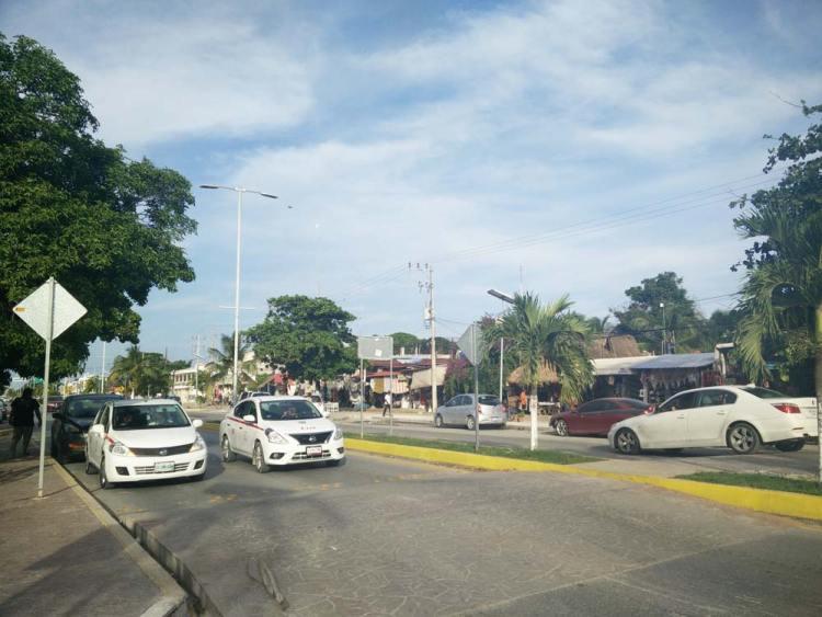 Ville de Tulum, avec sa voie rapide au milieu.