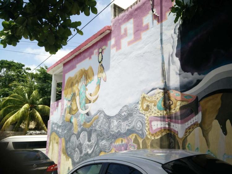 Tag coloré sur les murs de la ville de Tulum au Mexique.