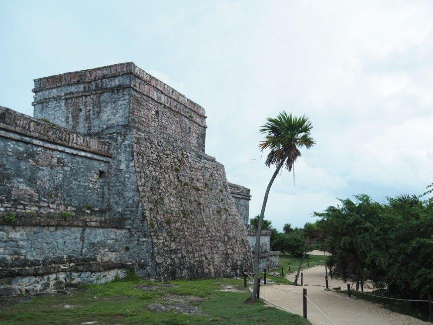Temple dans les ruines mayas de Tulum, face à la mer.