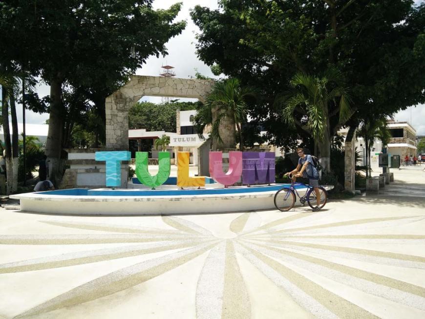 Lettres colorées annonçant la ville de Tulum.