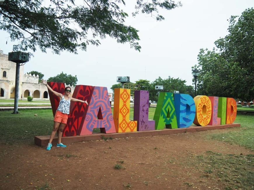 Lettres colorées qui annoncent la ville de Valladolid, au Mexique.