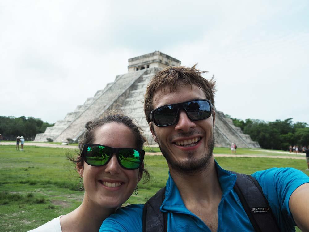 Heureux devant la pyramide principale de Chichén Itzá au Mexique.