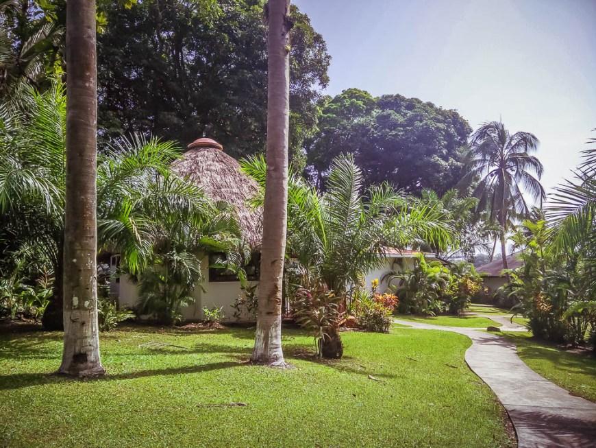 Sentier à travers les jardins de la marina Nana Juana.