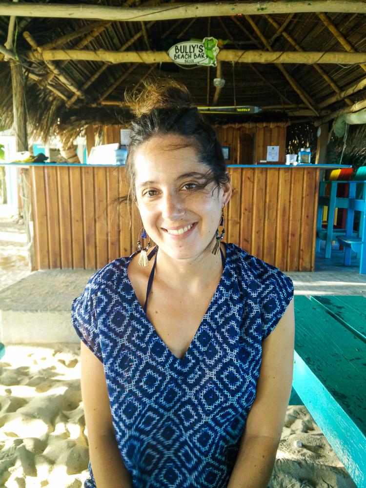 Anaïs au bar de Ranguana Cay, au coucher du soleil.