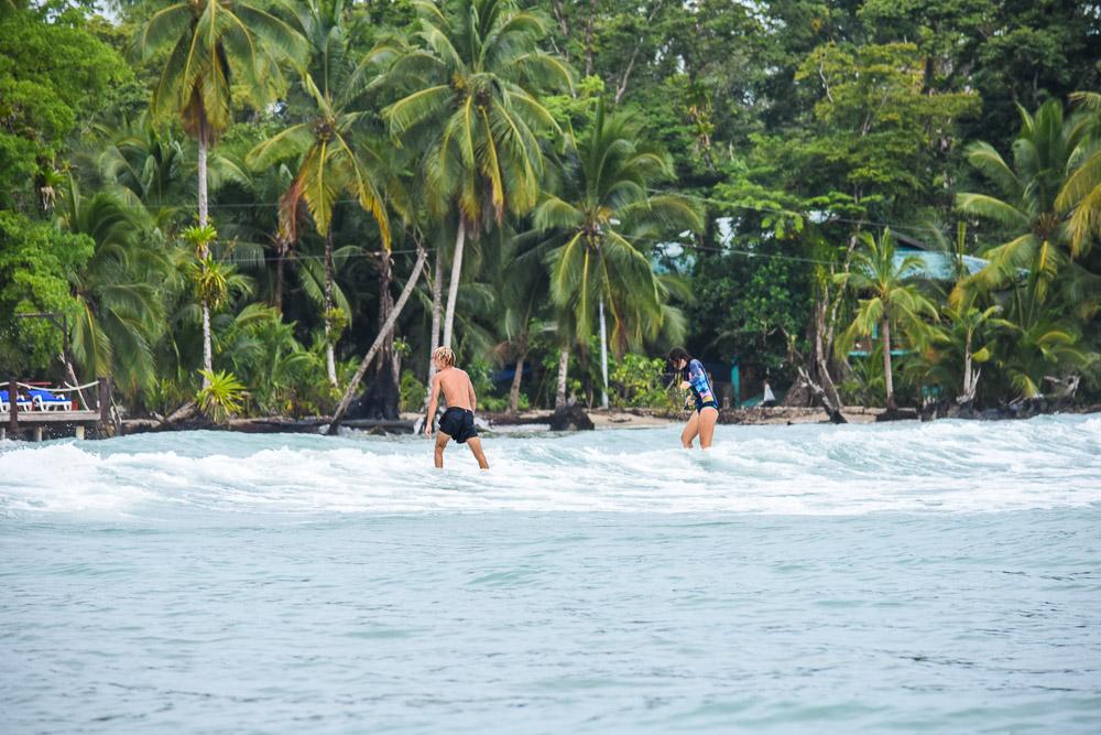 Tentative de surf par Anaïs à Bocas del Toro.