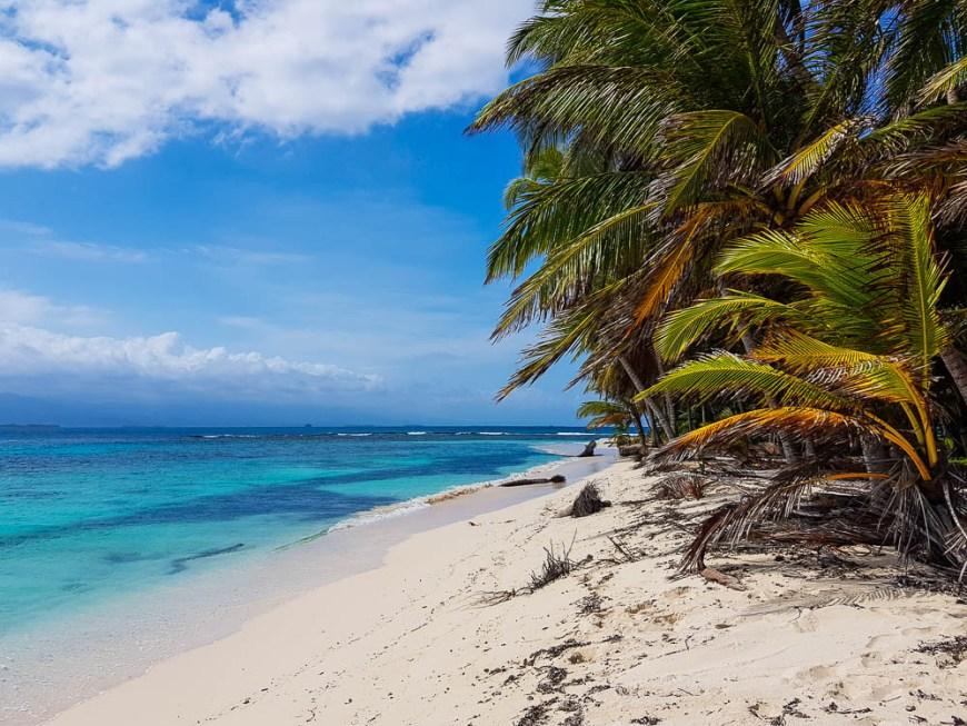Plage de sable blanc aux San Blas au Panama.