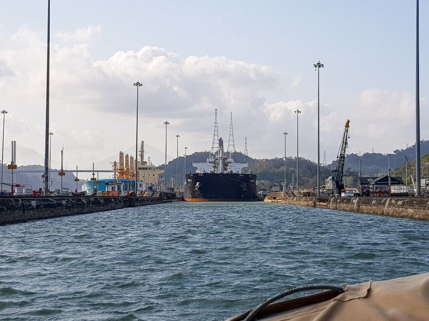 Cargo qui entre dans l'écluse Pedro Miguel dans le canal de Panama.
