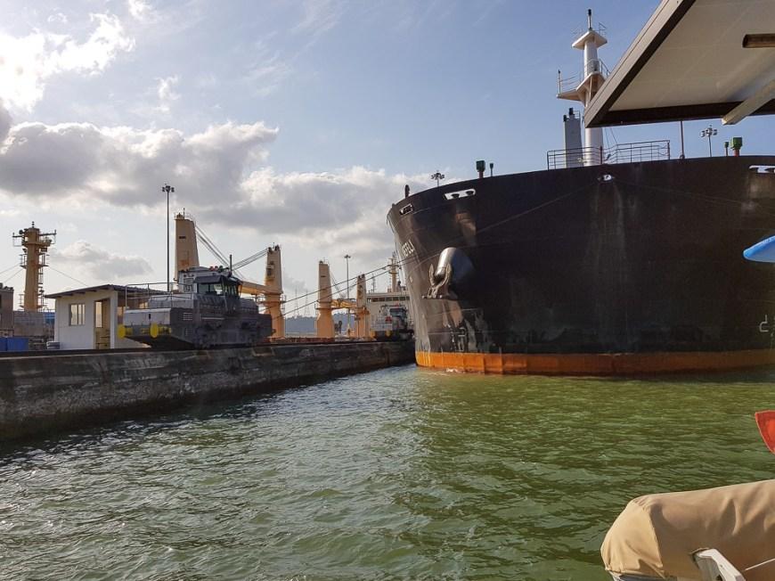 Panamax qui entre dans l'écluse Pedro Miguel du canal de Panama.