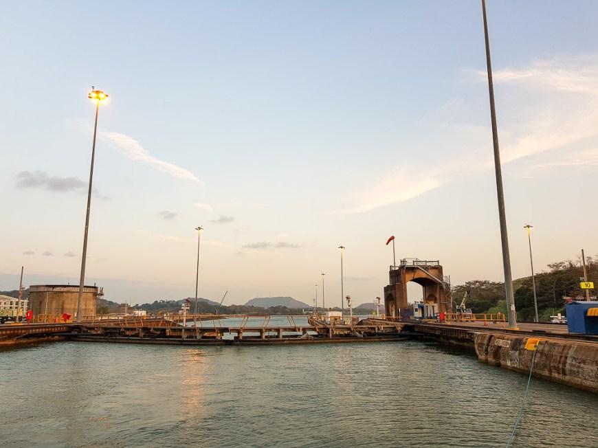 Dans l'attente que la dernière écluse s'ouvre sur le lac Gatun, sur le canal de Panama.