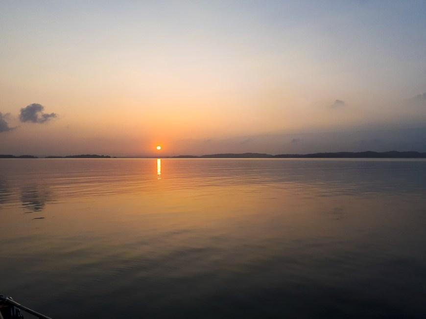 Lever de soleil sur le lac Gatun, au milieu du canal de Panama.