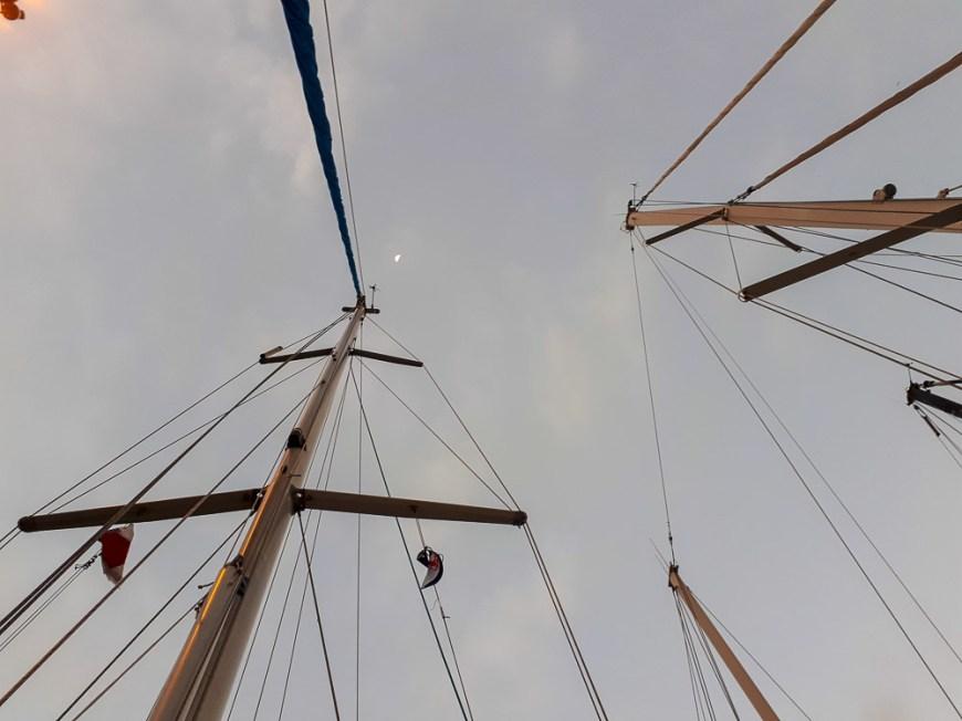 Trois bateaux mis à couple pendant le passage du canal de Panama.
