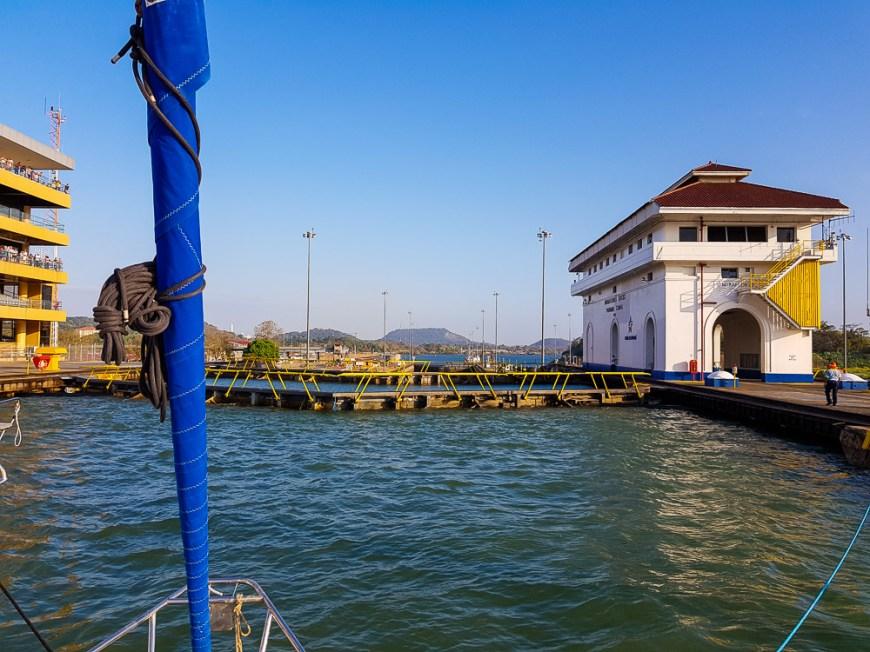 Dans l'écluse de Miraflores sur le canal du Panama, bientôt côté Pacifique.
