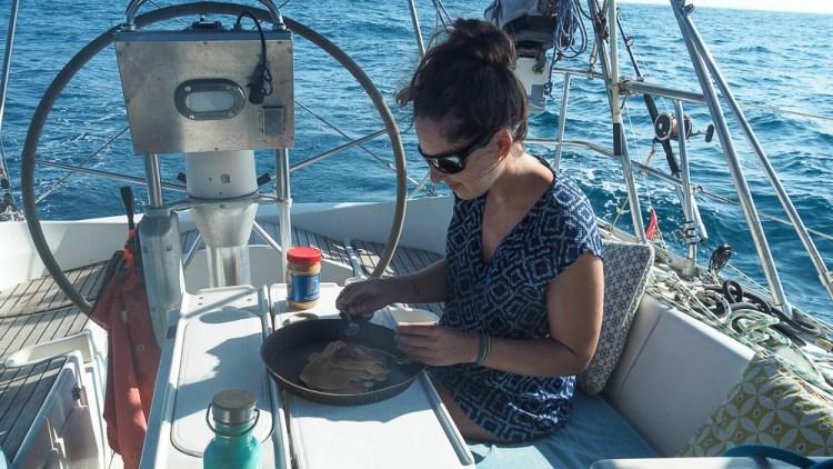 Pancakes le matin sur notre bateau lors de la traversée de l'océan Pacifique.