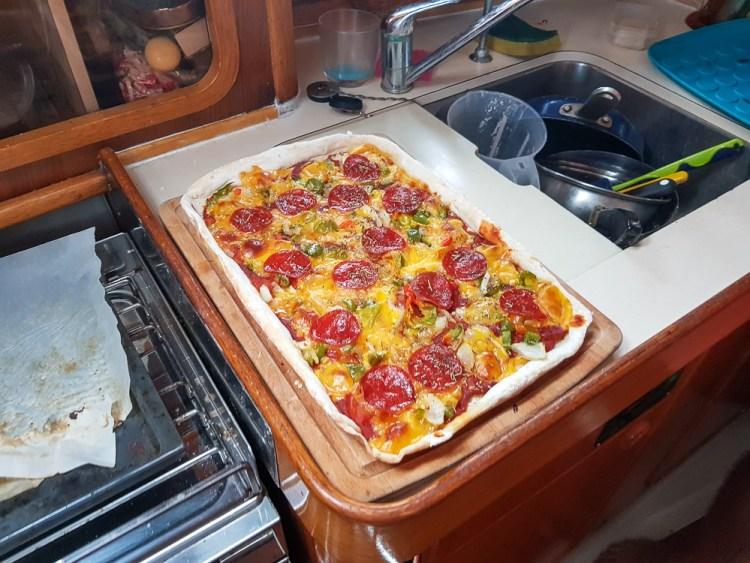Pizza qui sort du four pendant notre navigation dans le Pacifique.