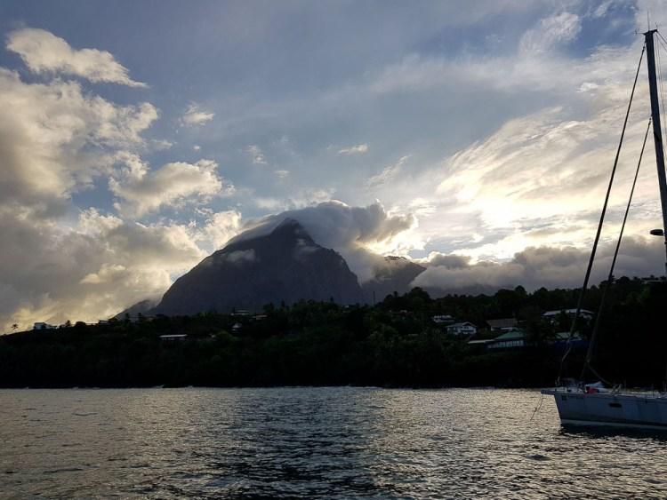 Montagne qui domine le mouillage de Tahauku sur Hiva Oa.